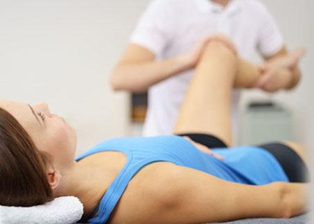 Fisioterapeuta movilizando cadera y rodilla