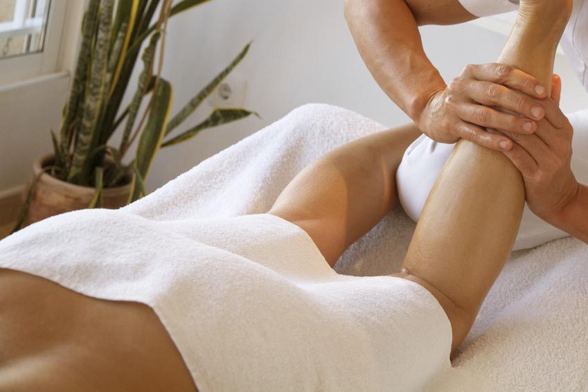 fisioterapeuta esportiu fent massatge de cames